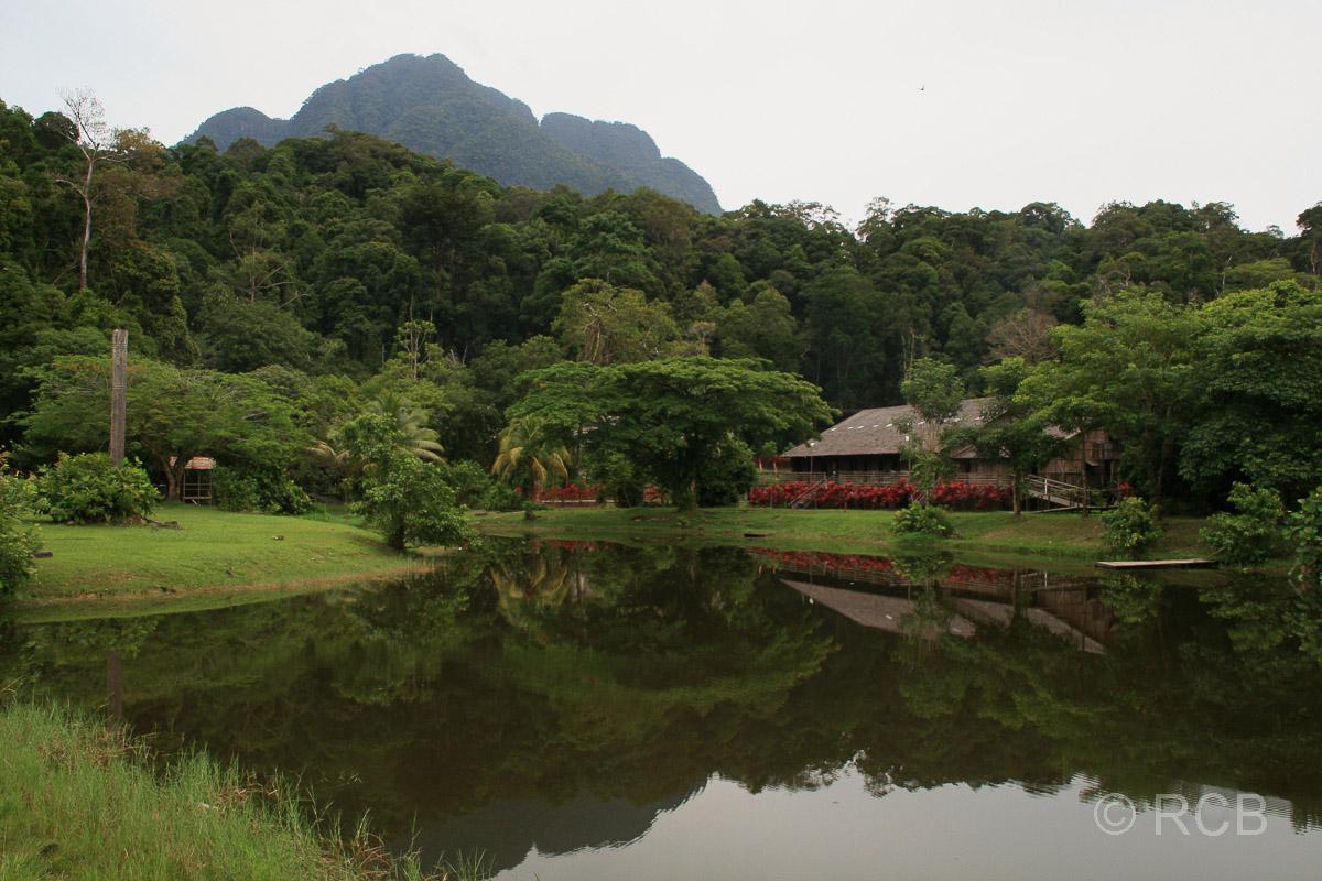 Sarawak Cultural Village, im Hintergrund der Berg Gunung Santubong