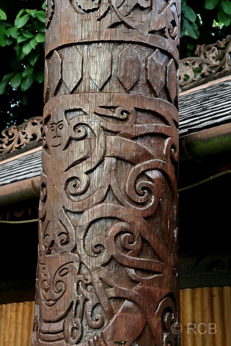 geschnitzte Säule, Sarawak Cultural Village