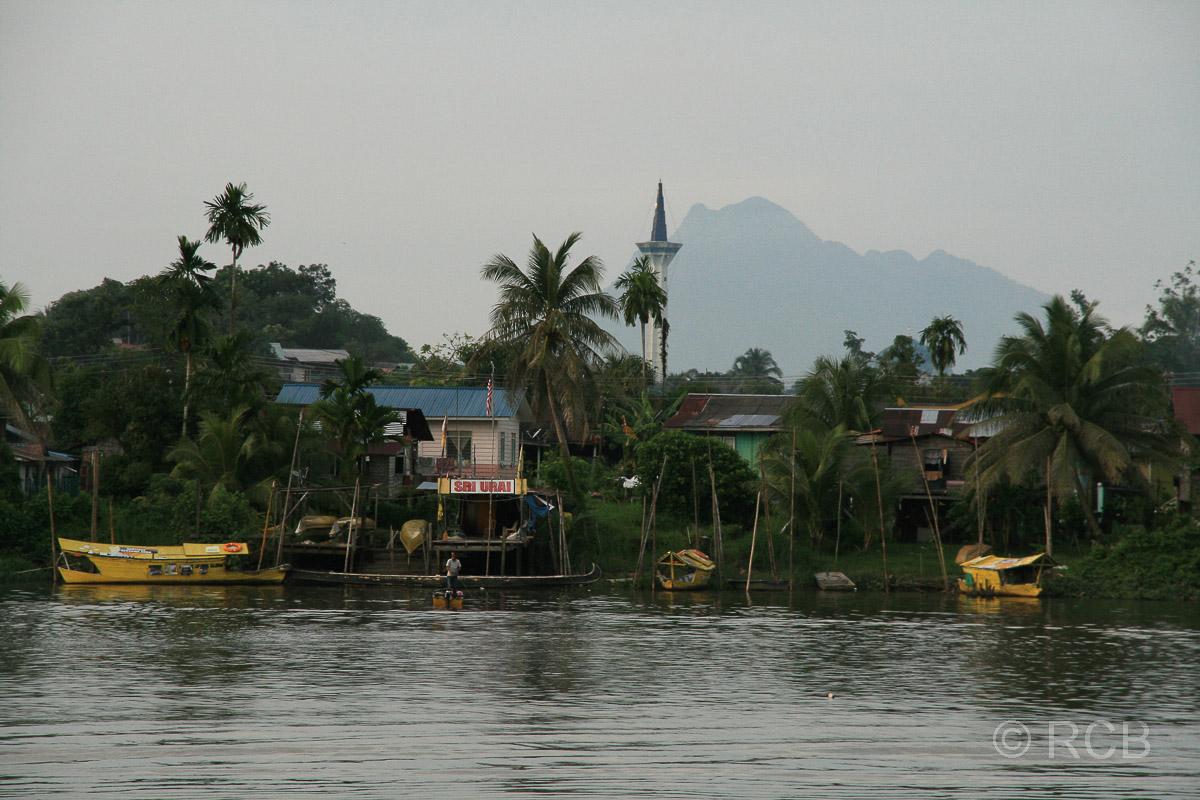 Sarawak-Fluss, Blick zum Berg Gunung Santubong, Kuching