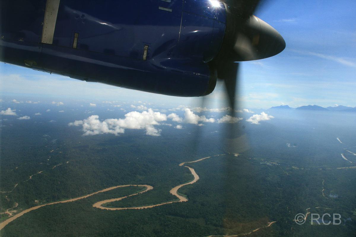 Blick aus einer Propellermaschine im Anflug auf den Mulu Nationalpark
