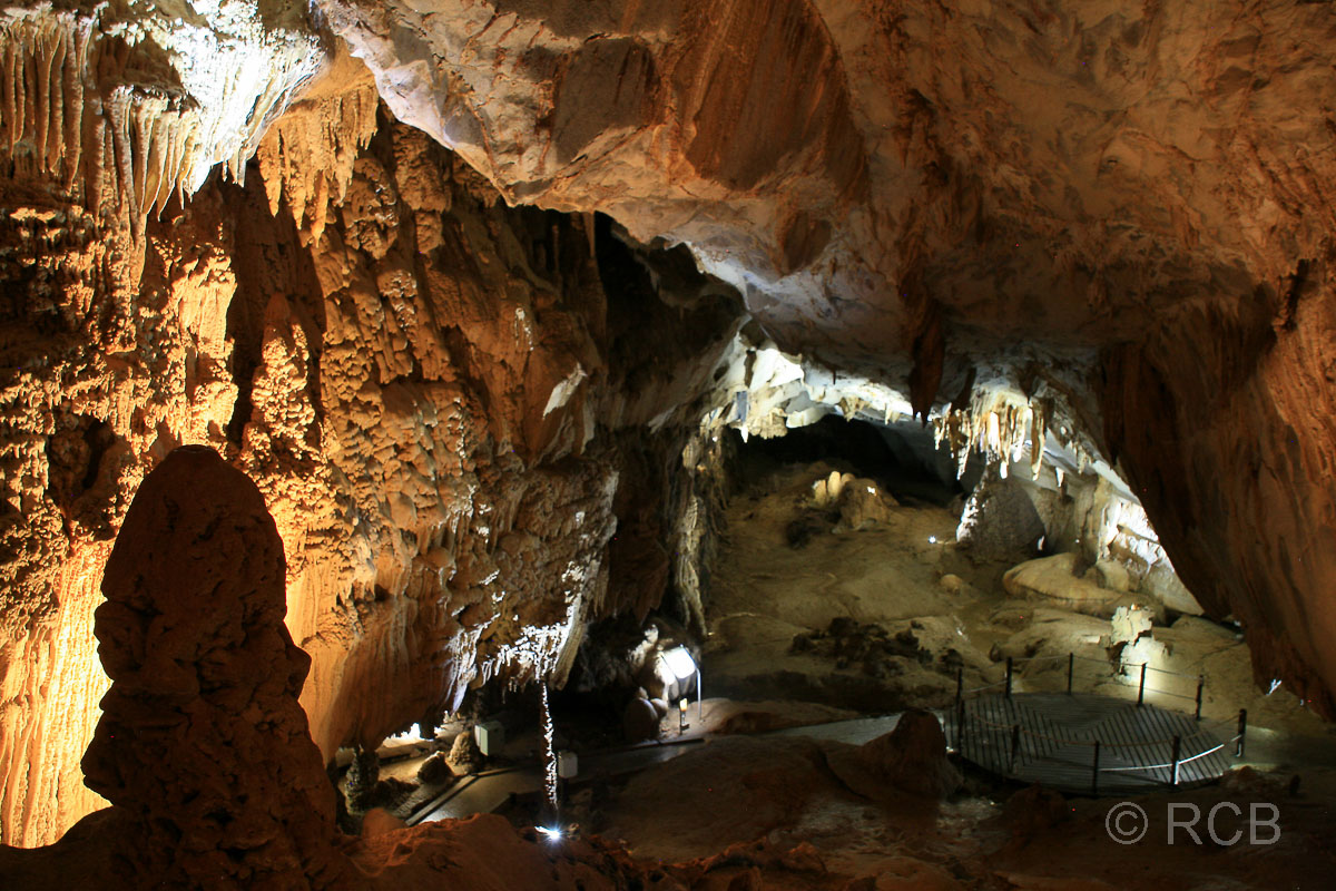 Lang's Cave mit Tropfsteinen und einem See, Mulu Nationalpark