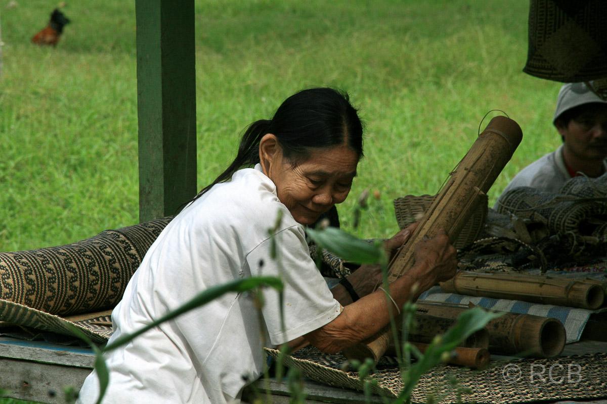 alte Frau vom Stamm der Penan an ihrem Stand mit Kunsthandwerk für Touristen, Mulu Nationalpark