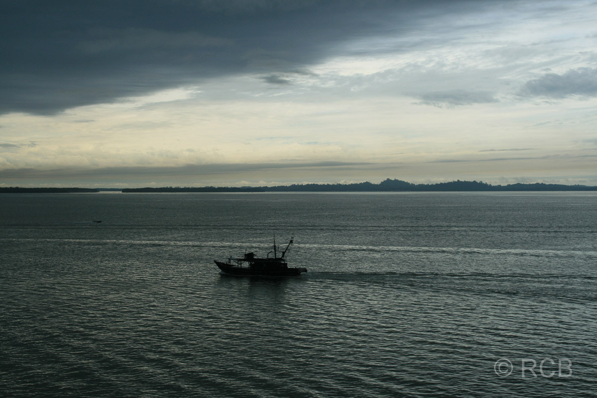 Fischkutter fährt durch die Bucht vor Sandakan