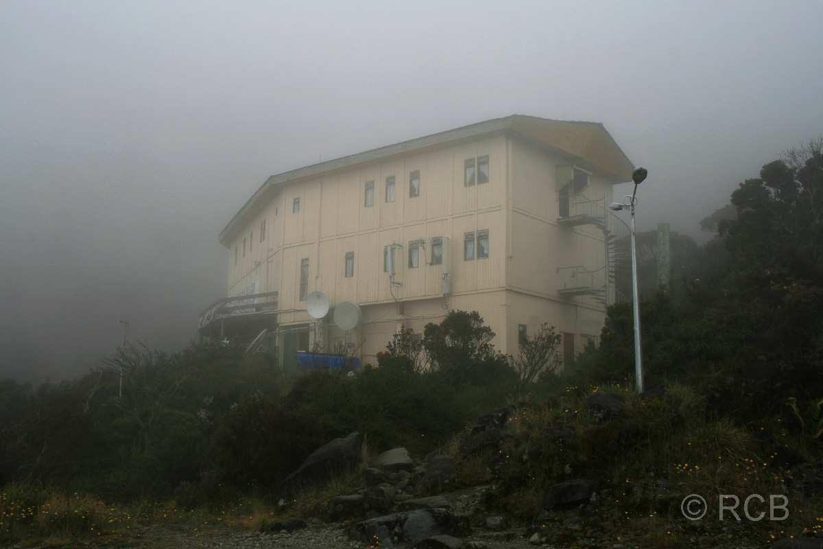 Laban Rata-Hütte am Mt. Kinabalu im Nebel