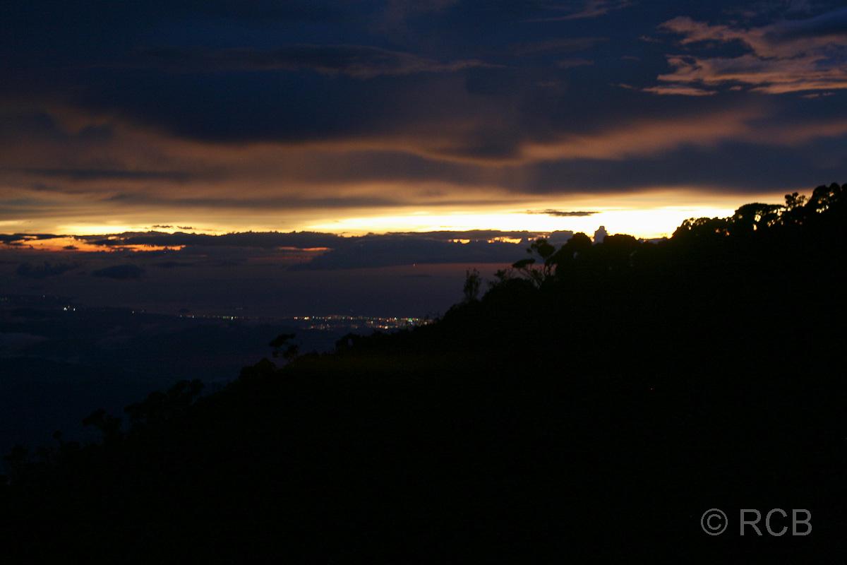 Sonnenuntergang und Blick auf Kota Kinabalu, von der Laban Rata-Hütte aus, Mt. Kinabalu