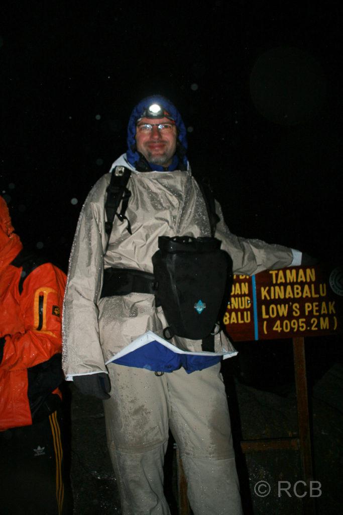 Mann am Gipfel des Mt. Kinabalu auf dem Low's Peak (4095 m ü. NN)