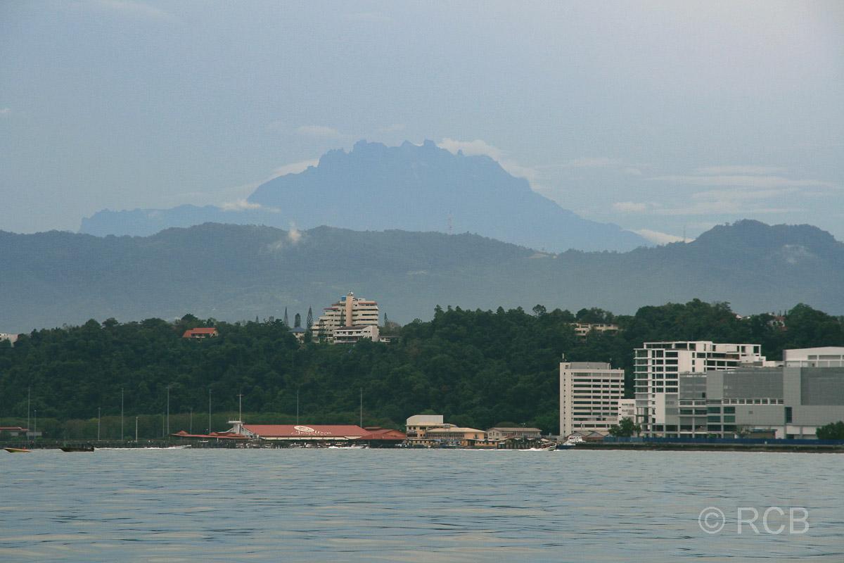 Jesselton Point Fährterminal und Mt. Kinabalu im Hintergrund