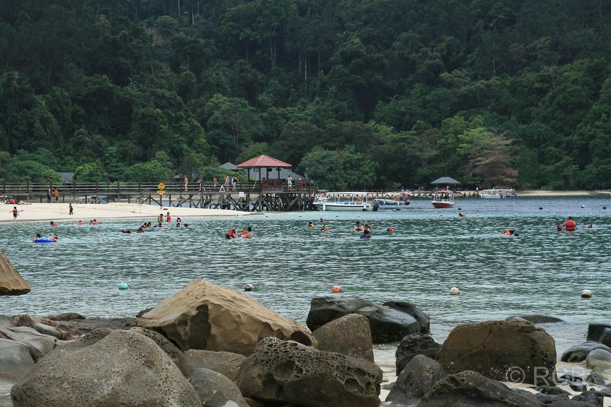 Anleger und badende Menschen, Pulau Sapi