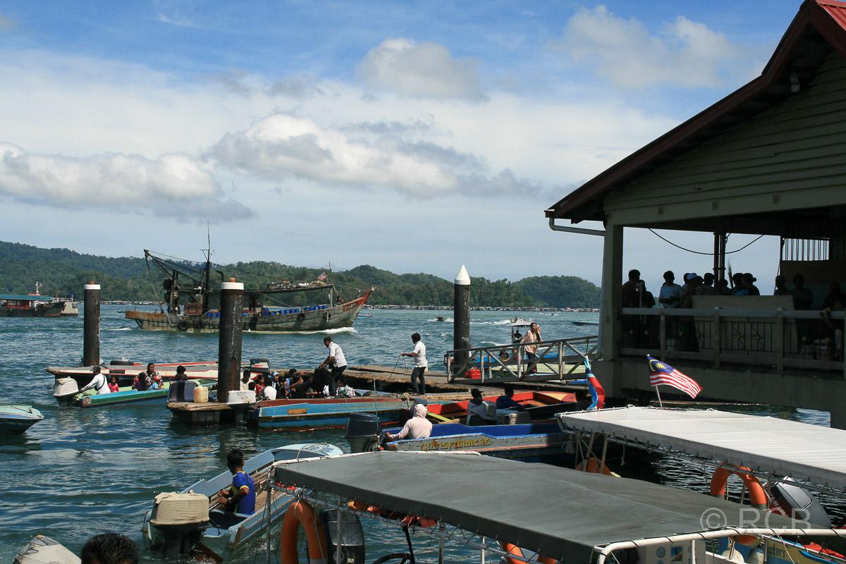 """Bootstaxis"" zu den vorgelagerten Inseln an den Markthallen, Kota Kinabalu"