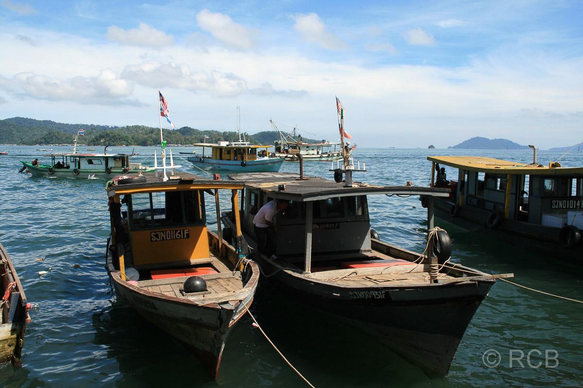 Boote an den Markthallen, Kota Kinabalu
