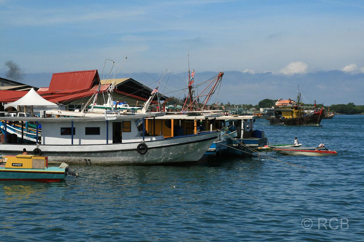 Boote bei den Markthallen, Kota Kinabalu