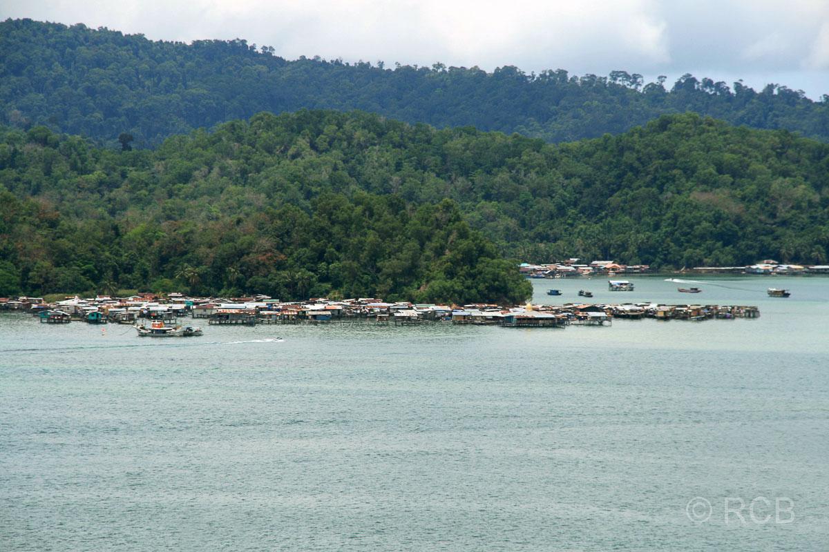 Blick zur Insel Pulau Gaya mit einem muslimischem Stelzendorf