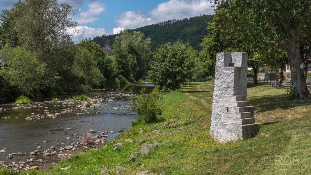"""""""Watch out"""" - Granitskulptur an der Lenne bei Lennestadt"""