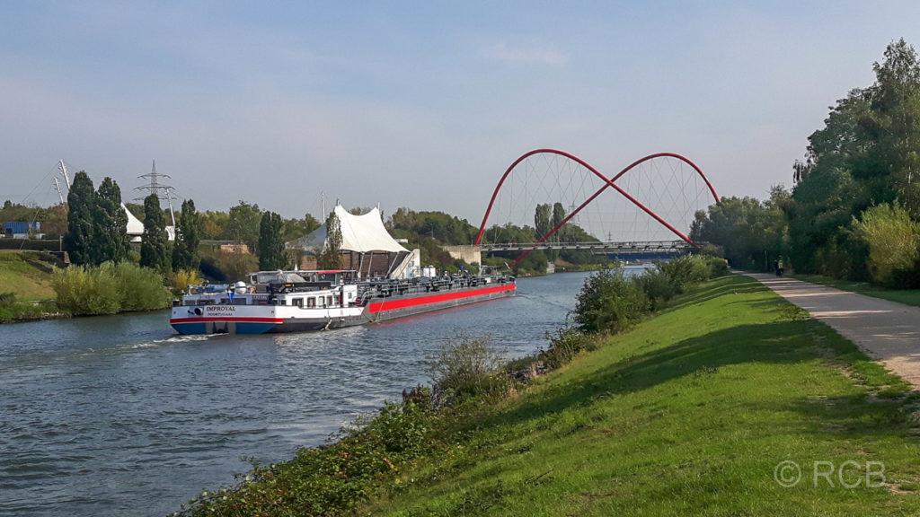 Rhein-Herne-Kanal am Gelsenkirchener Nordsternpark mit Freilichtbühne und Doppelbogenbrücke