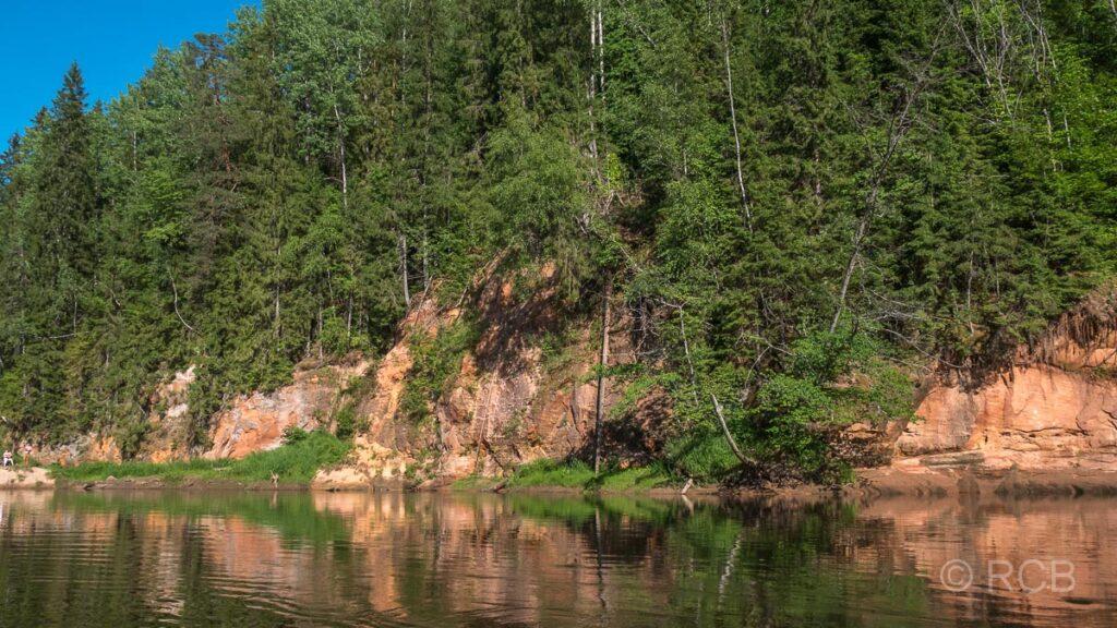 Sandsteinfelsen am Ufer