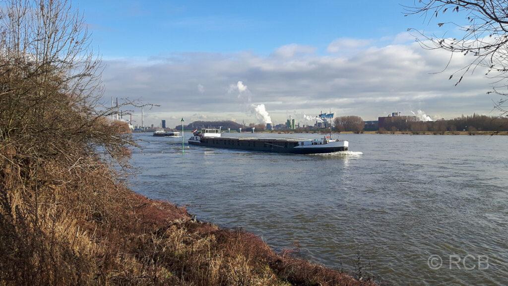 Schifffahrt auf dem Rhein bei Duisburg