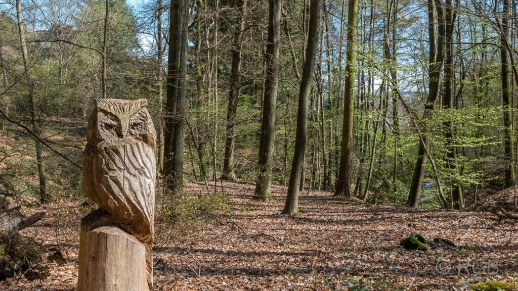 Eulenskulptur im Wald