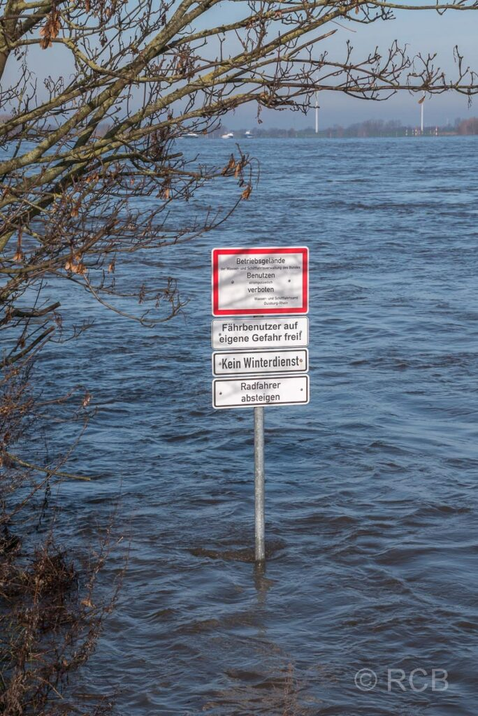 Schild im Rhein bei Hochwasser