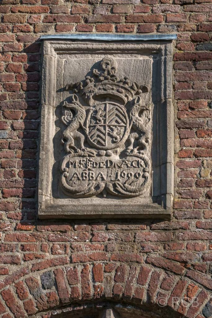 Wappen der Äbtissin des ehemaligen Klosters an der Kreuzkapelle auf dem Fürstenberg