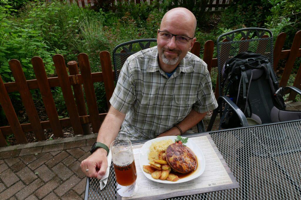 Mann isst Pfälzer Saumagen