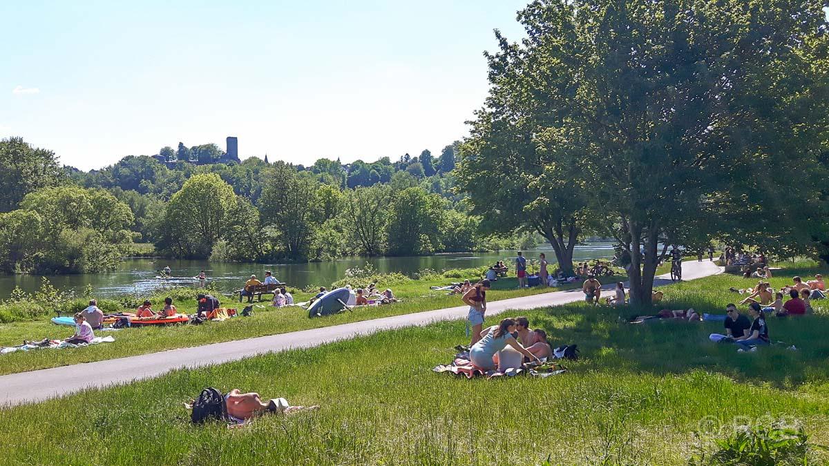 Menschen liegen am Ufer der Ruhr.