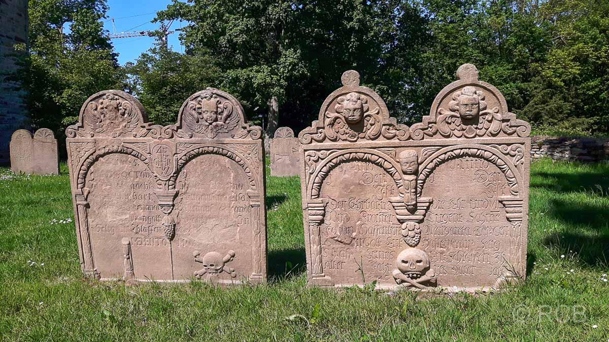 Grabsteine an der Stiepeler Dorfkirche