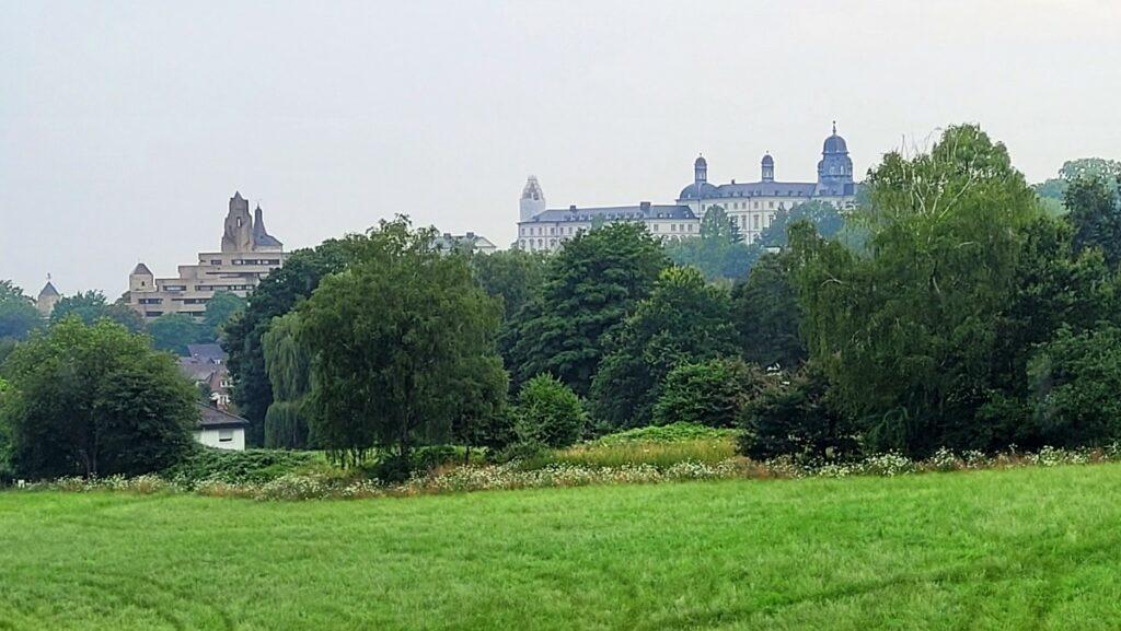 Blick vom Bensberger Stadtgarten zum Rathaus (mit Altem Schloss) und zum Neuen Schloss