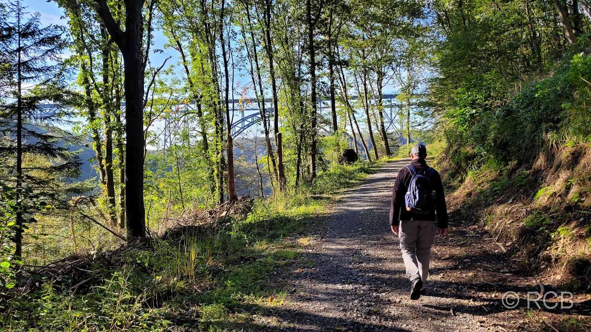Wanderer vor der Müngstener Brücke